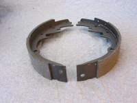 Replaceable brake shoes are used on the rear axle of cars with drum brakes.
